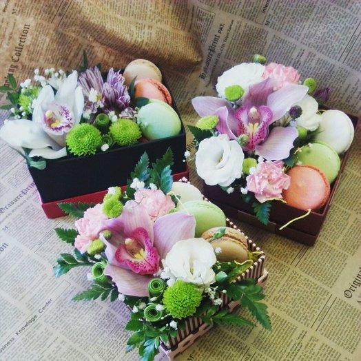 Очаровательная коробочка с орхидеей и макарунами: букеты цветов на заказ Flowwow