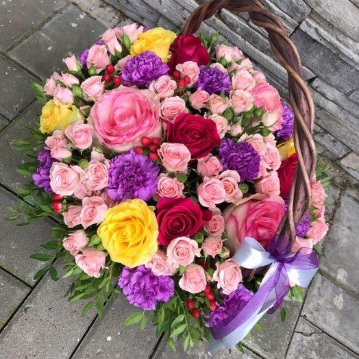 Корзинка из роз и гвоздик яркая: букеты цветов на заказ Flowwow