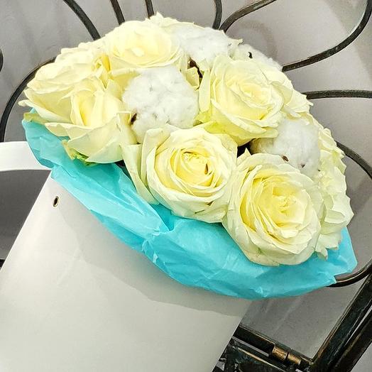 Элегантный букет из белых роз и хлопка в шляпной коробке: букеты цветов на заказ Flowwow