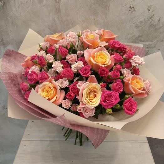 Букет из кустовой розы в красивой упаковке: букеты цветов на заказ Flowwow
