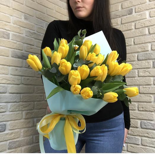 Желтые Тюльпаны с эвкалиптом: букеты цветов на заказ Flowwow
