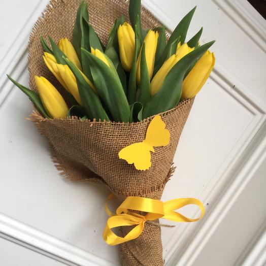Букет жёлтых тюльпанов в мешковине