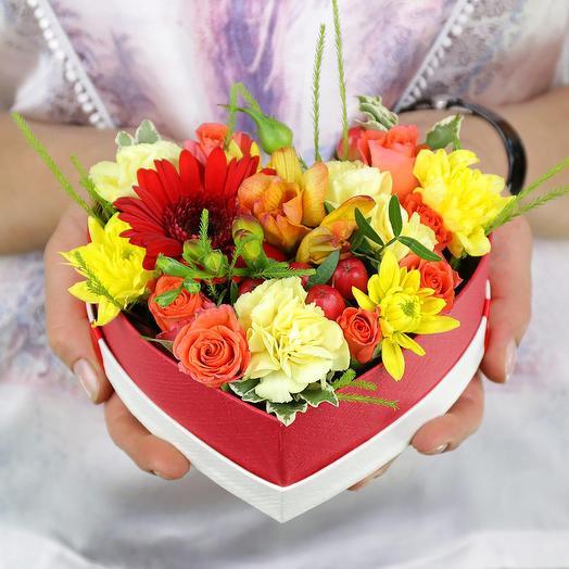 Композиция из хризантемы фрезии и роз в сердце