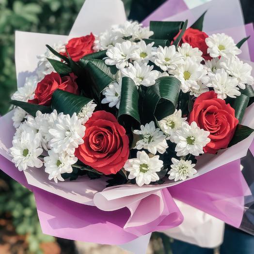 Розы в ромашках: букеты цветов на заказ Flowwow