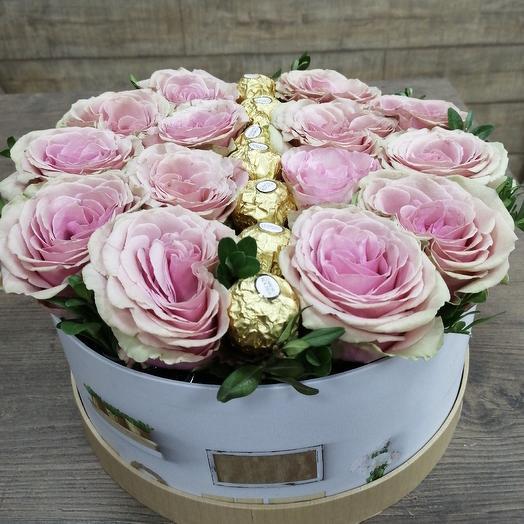 Коробка шикарных роз с любимыми всеми конфетами: букеты цветов на заказ Flowwow