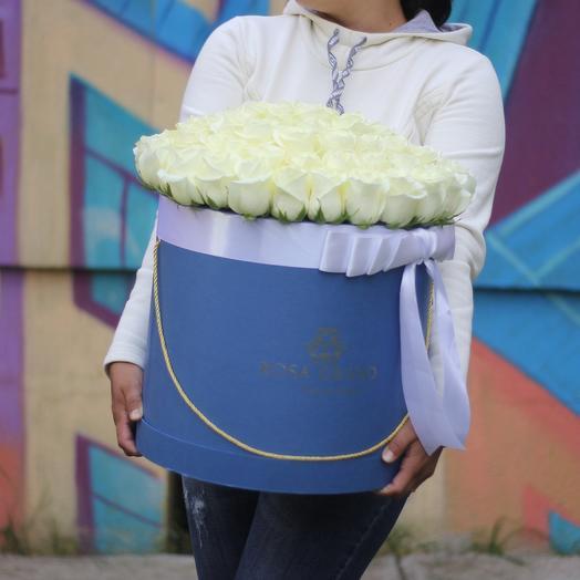 До 71 белой эквадорской розы в синей коробке: букеты цветов на заказ Flowwow