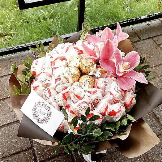 Сладкий букет с Рафаэлло и орхидеями