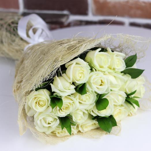 Розы. Букет из 19 белых роз с рускусом. N657: букеты цветов на заказ Flowwow