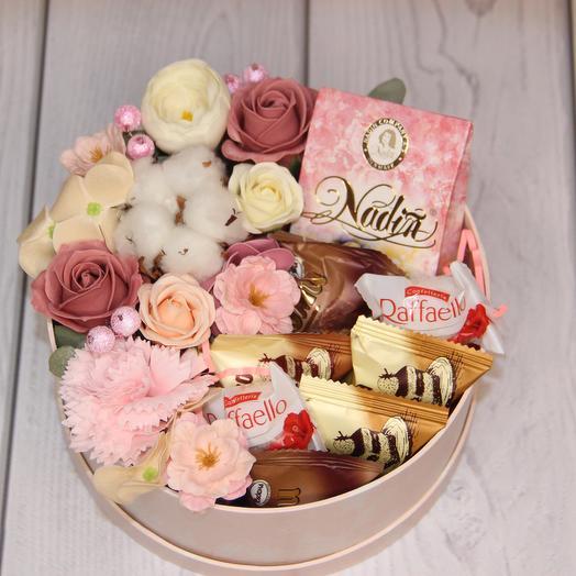 Розовая коробка с чаем и конфетами: букеты цветов на заказ Flowwow