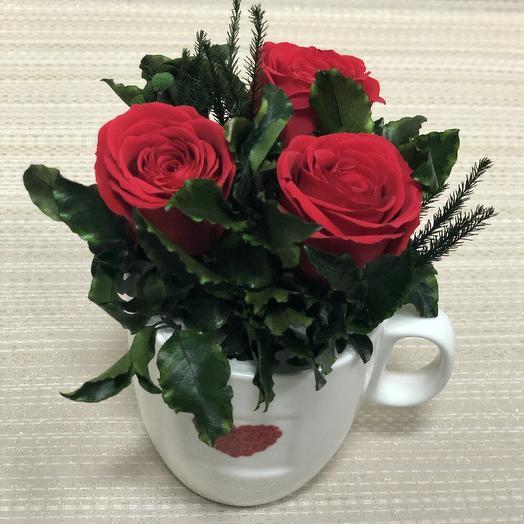 Красные розы в бокале с сердцем