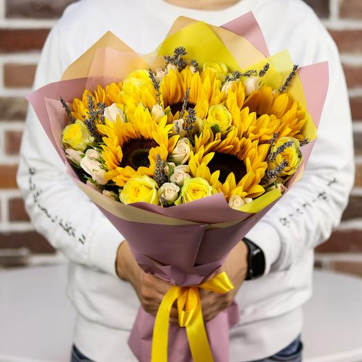Букет с подсолнухами и кустовыми розами.N519