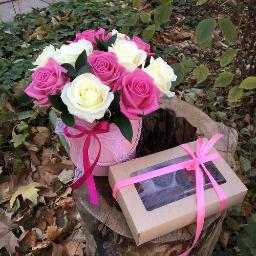Розы в коробке с клубникой и бананом в шоколаде