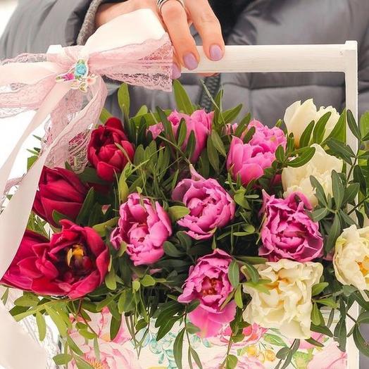 Пионовидные тюльпаны - в деревянном ящичке