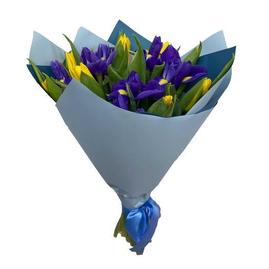 Букет из ирисов и тюльпанов