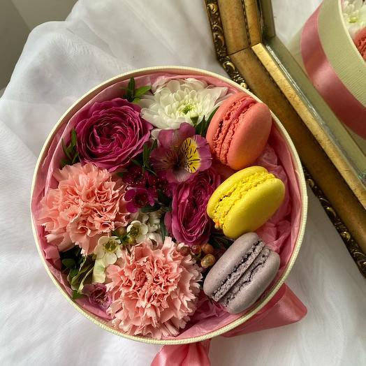 Цветы в коробке и макарунсы