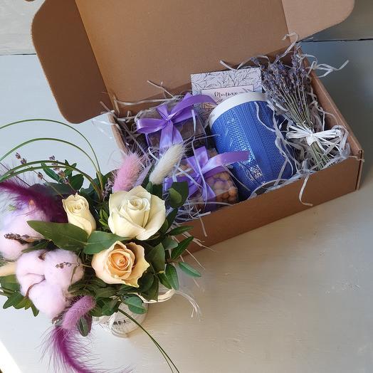 Подарочный набор и букетик цветов