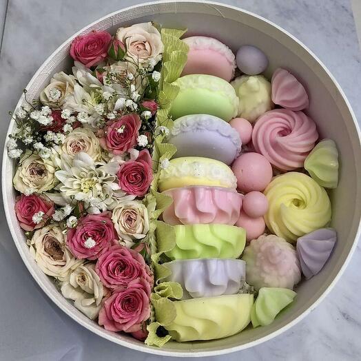 """Коробка живых цветов с """"мыльными сладостями"""" ручной работы"""