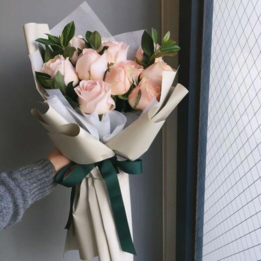 Букет роз в корейской пленке
