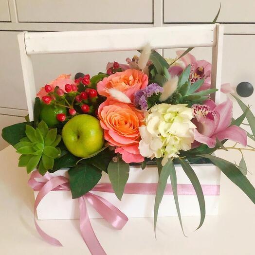 Ящик с розами и орхидеями