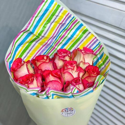 9 красно-белых роз с оформлением