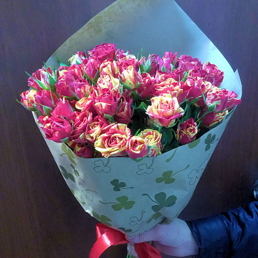 Букет из 15 кустовых роз Firef ash в крафте: букеты цветов на заказ Flowwow