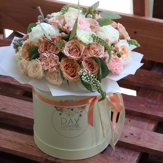 Шляпная коробочка пломбирно-кофейных цветов: букеты цветов на заказ Flowwow