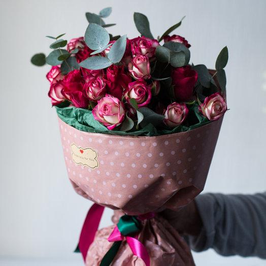10 кустовых и 5 одноголовых роз в кулечке