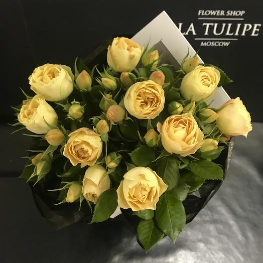Букет из желтых кустовых пионовидных роз в фирменном пакете La Tulipe: букеты цветов на заказ Flowwow