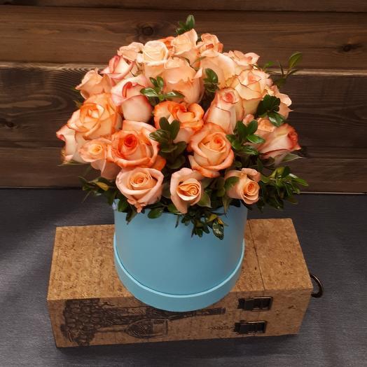 Розово-персиковые розы в нежно голубой шляпной коробке: букеты цветов на заказ Flowwow
