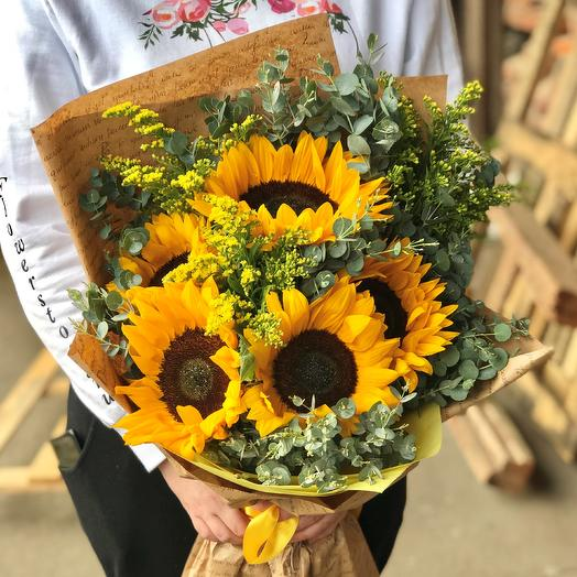 Букет из 5 сочных желтых подсолнухов. N564: букеты цветов на заказ Flowwow
