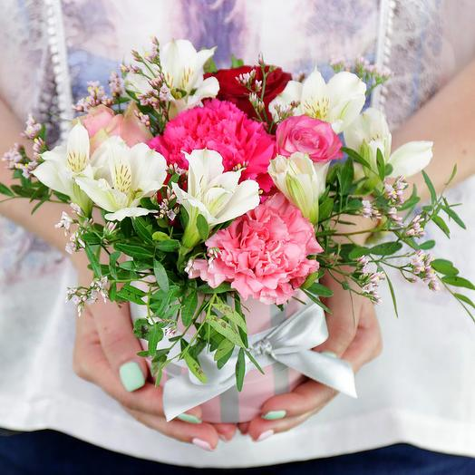 Композиция из роз, альстромерий и гвоздик в шляпной коробке