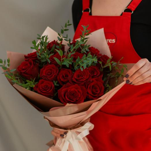 Красные розы с зеленью