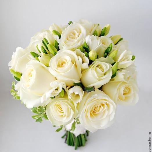 Свадебный букет из белых роз и фрезиии
