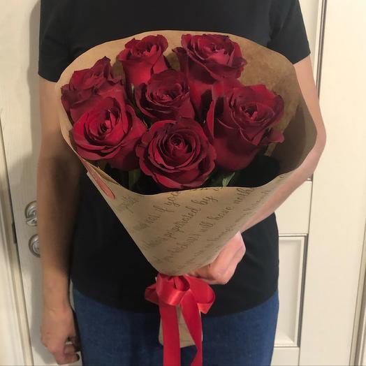 Классический букет из 7 красных роз в крафте