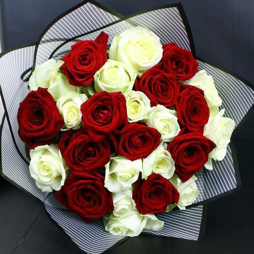 Букет Яркий микс из красных и белых роз
