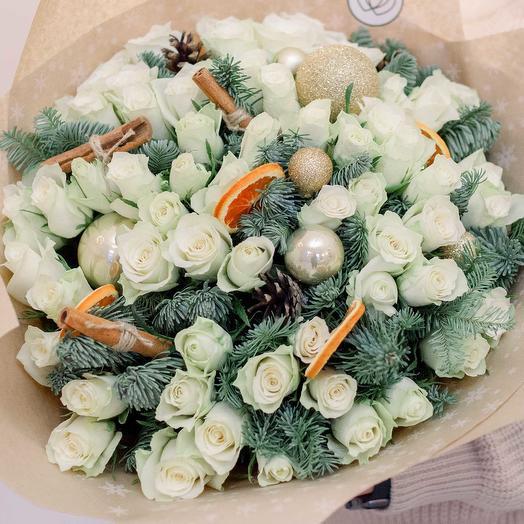 Букет из 51 белой розы (Кения) 40 см Standart с елью, корицей и шишками в крафте