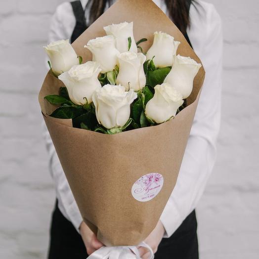 Букет из 9 роз в крафте белые