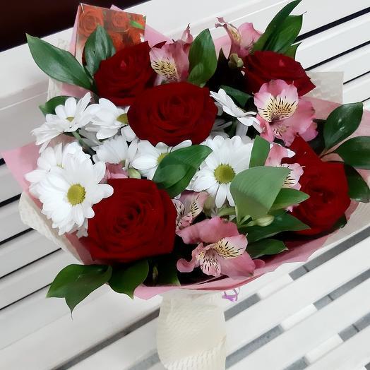 Красные розы, хризантемы, альстромерия