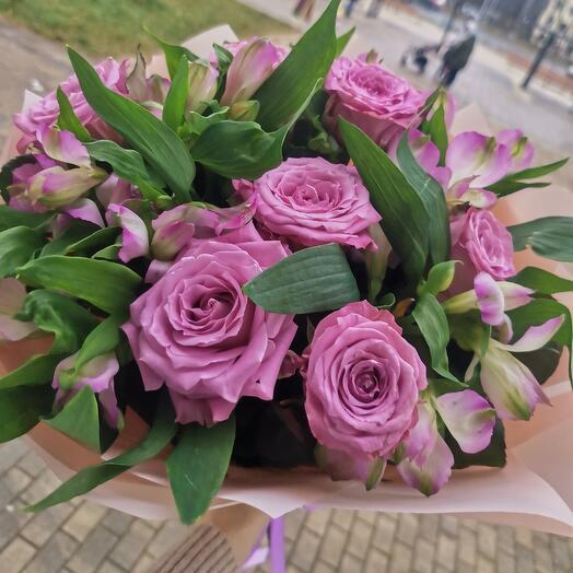 Букет из сиреневой  розы и альстромерии