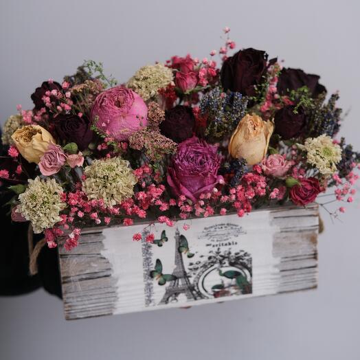 Композиция из засушенных цветов в ящике