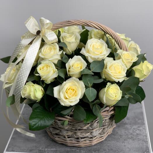 Корзина с белыми розами + эвкалипт