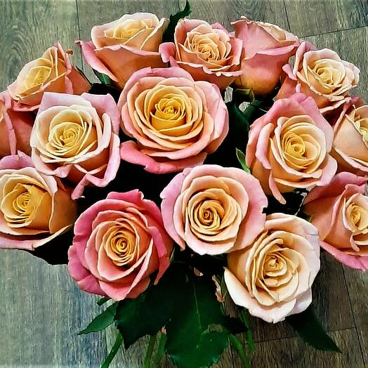 15 персиковых роз