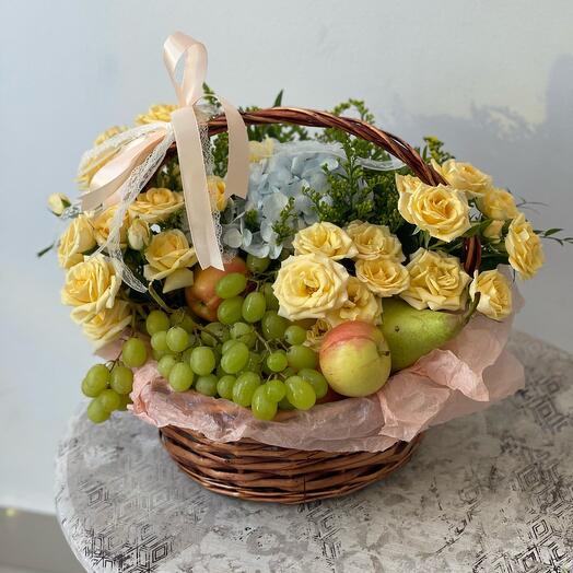 Корзина с сезонными фруктами и цветами