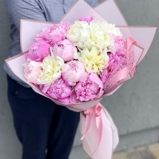 Букет из 15 разноцветных розовых пионов