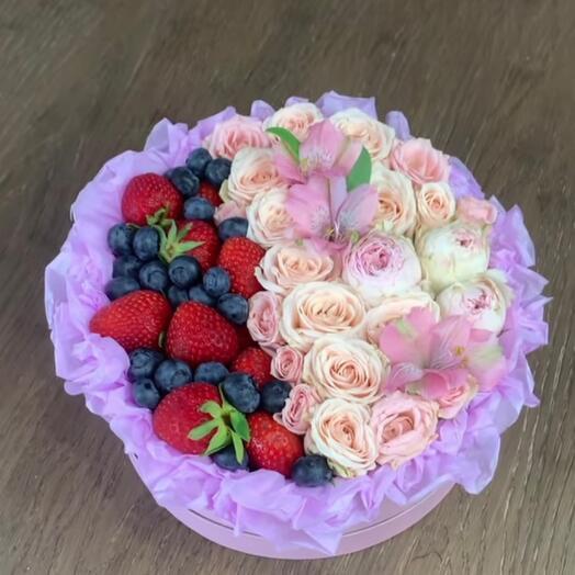 Цветы в коробке с ягодами