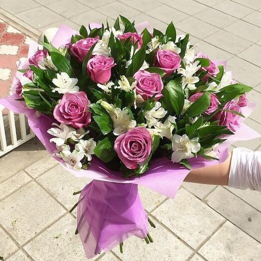 Букет из роз и альстромерии