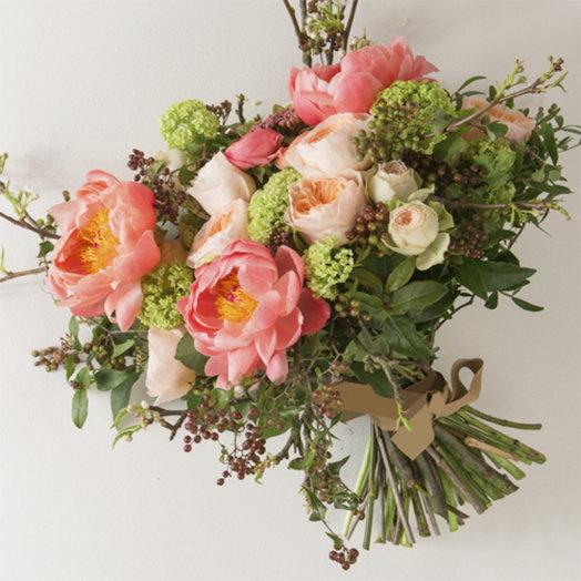 Букет с пионами пионовидными розами и ассорти сочной зелени