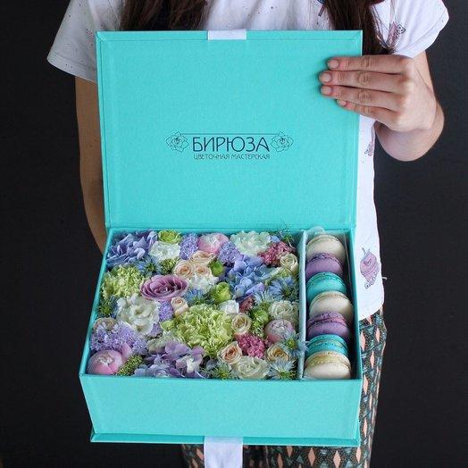 Сундучок с цветами и макаронс №2: букеты цветов на заказ Flowwow