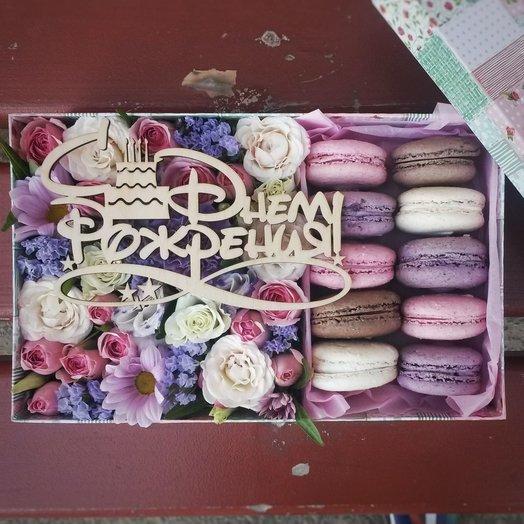 Цветочная коробочка с печеньем макаронс и деревянным топпером: букеты цветов на заказ Flowwow