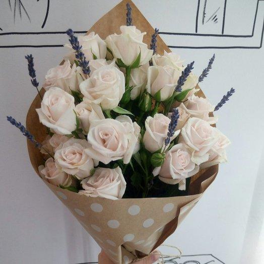 Кустовые розы с лавандой